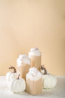 Latte speziato di zucca con piccole zucche decorative