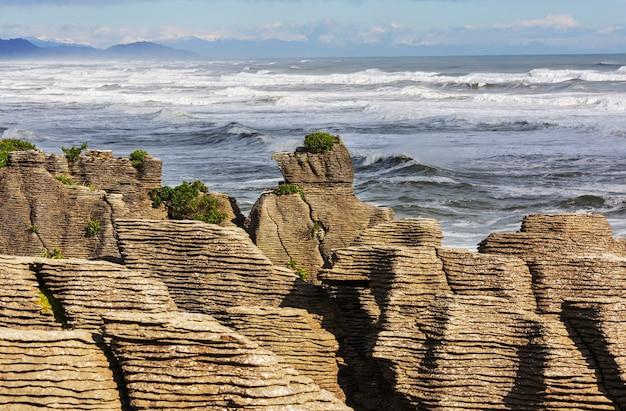 Punakaki pancake rocks nel parco nazionale di paparoa, nella costa occidentale dell'isola del sud, nuova zelanda. bellissimi paesaggi naturali
