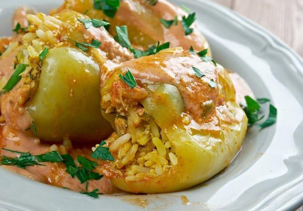 Punjena paprika - peperoni ripieni. piatto fatto di peperoni, farcito con un misto di carne e riso in salsa di pomodoro. cucina serba e croata