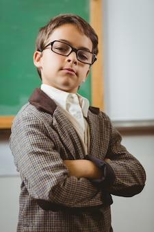 Allievo travestito da insegnante con le braccia incrociate