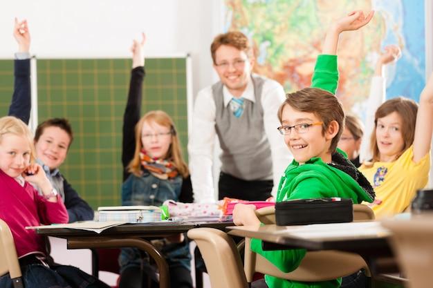 Alunni e insegnanti che imparano a scuola