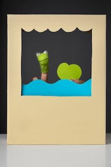 Spettacolo di burattini in arrangiamento di cartone