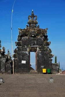 Tempio di pura besakih sull'isola di bali, indonesia