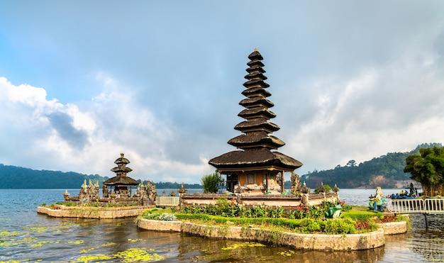 Pura ulun danu bratan, un famoso tempio di bali, indonesia