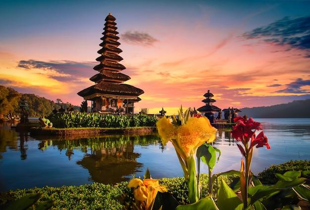 Pura ulun danu bratan, tempio indù sul paesaggio del lago bratan all'alba a bali, indonesia.