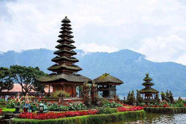 Pura ulun danu bratan. tempio indù circondato da fiori sul lago bratan, bali.