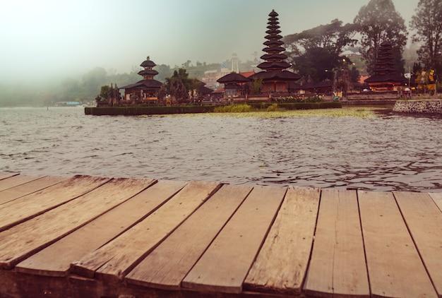 Tempio di pura ulun danu, bali, indonesia