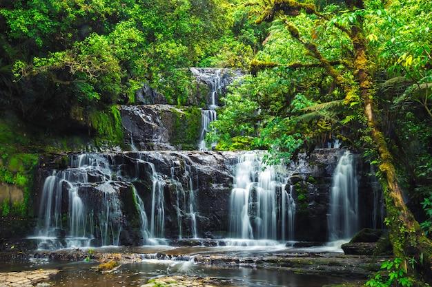 Purakaunui cade al parco nazionale della foresta di catlins, isola del sud, nuova zelanda