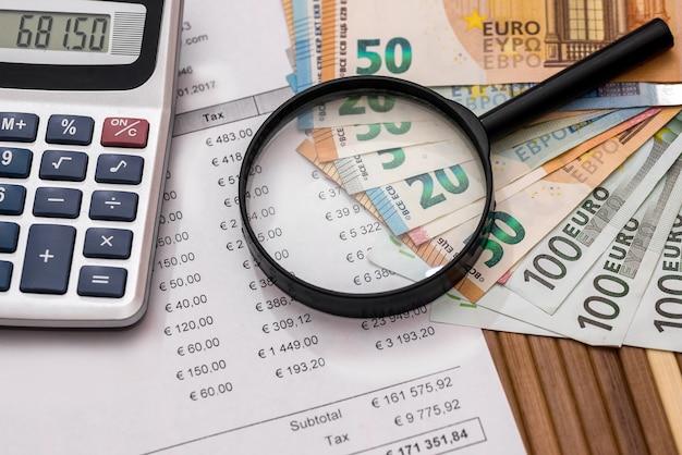 Ordine di acquisto con euro, lente d'ingrandimento e calcolatrice
