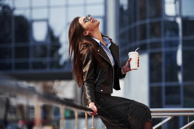 Pura felicità. la giovane bella ragazza in vestiti caldi ha passeggiata in città durante il suo tempo di fine settimana