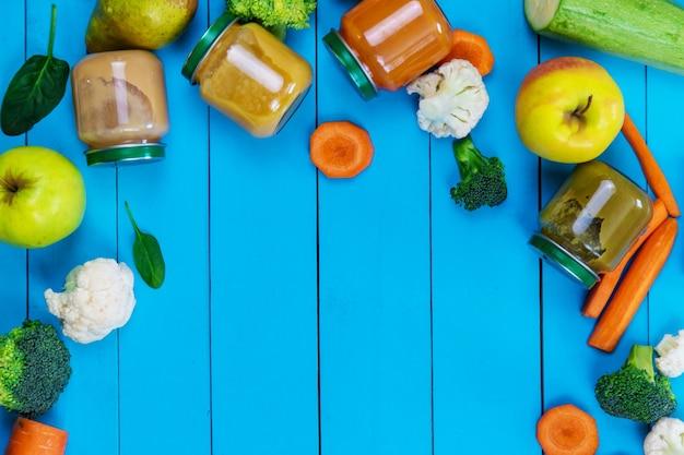 Purea per bambini con frutta e verdura. messa a fuoco selettiva.cibo