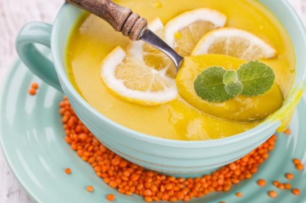 Zuppa di purea con lenticchie rosse, con spicchi di menta e limone