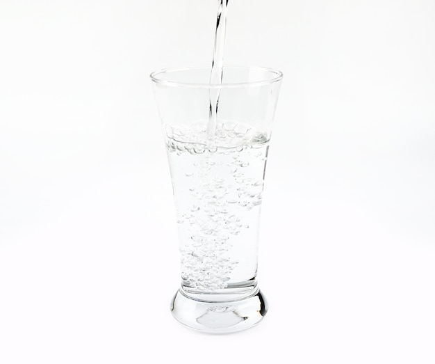 Purificare l'acqua in un bicchiere isolato su sfondo bianco