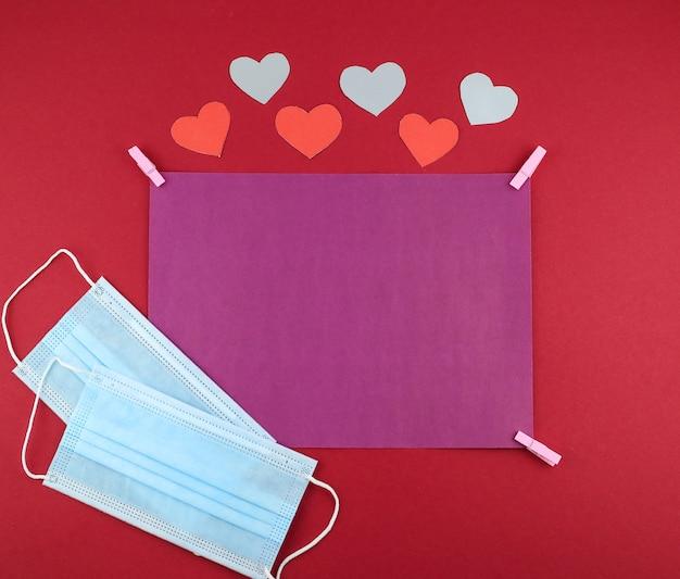 Carta bianca viola, maschere mediche, cuori di carta per san valentino