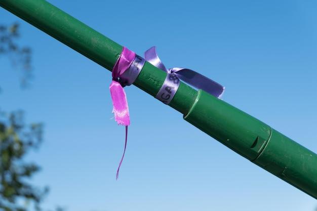 Braccialetti viola legati a un ponte in memoria delle vittime della violenza di genere dovuta al machismo