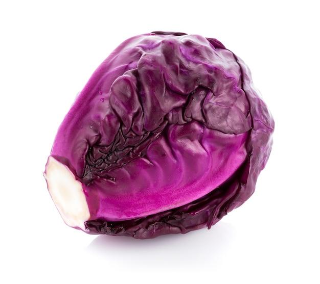 Cavolo viola isolato su superficie bianca