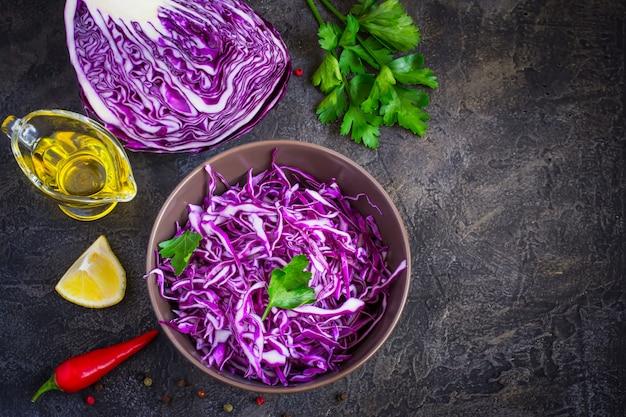 Insalata di cavolo viola e ingredienti