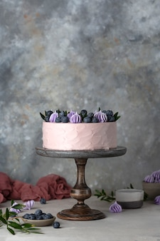 Torta viola con panna, marmellata e mirtilli freschi