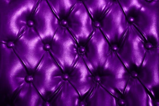 Pelle capitonata viola, trapuntata, modello in pelle di lusso abbottonata