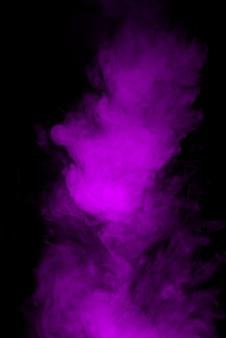 Viola nuvola di fumo su sfondo nero