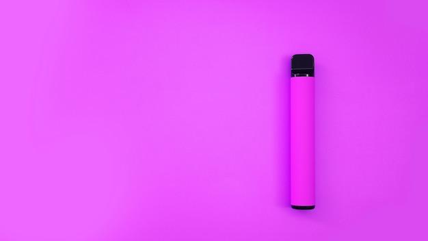 Sigaretta elettronica usa e getta viola su sfondo luminoso. sapore di bacche. modello di catalogo