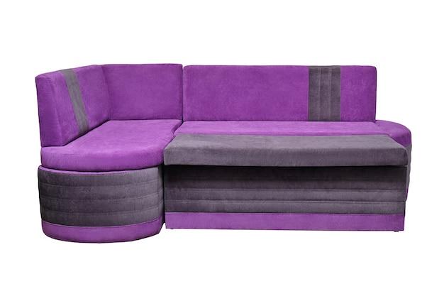Divano di casa in tessuto viola isolato su sfondo bianco, vista frontale. divano moderno