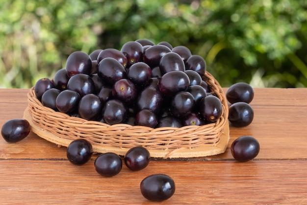 Merce nel carrello viola dell'uva con forma del cuore