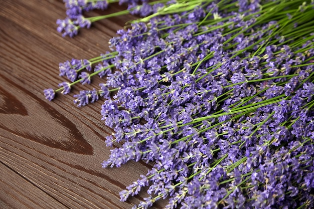 Fiori di lavanda viola sulla tavola di legno