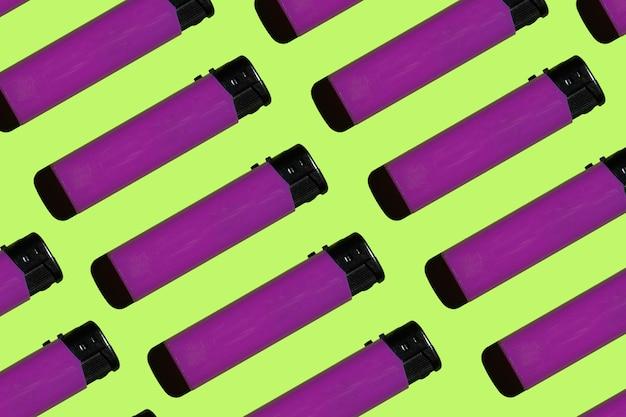 Accendini viola su uno sfondo luminoso concetto di fumo