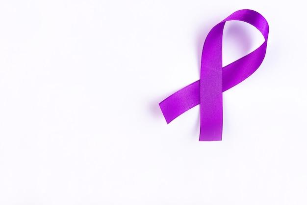 Nastro viola un simbolo del cancro al pancreas con copia spazio