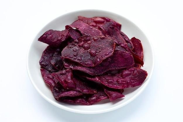 Patatine fritte viola su sfondo bianco.