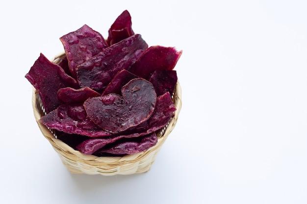 Patatine fritte dolci viola sulla superficie bianca