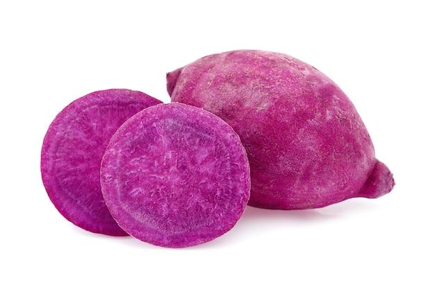 Patata dolce viola isolata su fondo bianco