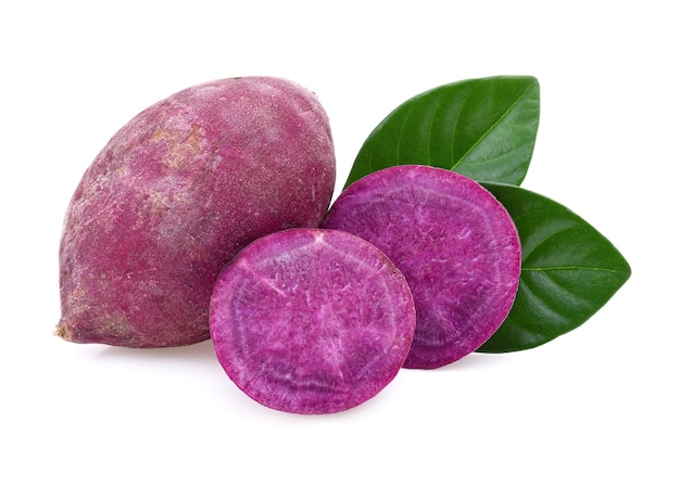 Patata dolce viola isolata su priorità bassa bianca