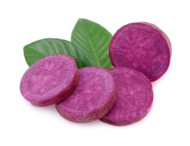Patata dolce viola isolata su bianco