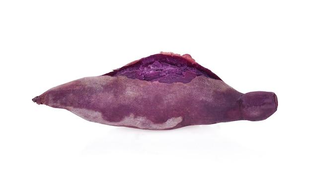 Patata dolce viola isolata