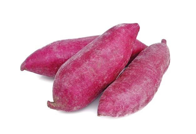 Patate dolci viola isolate su fondo bianco