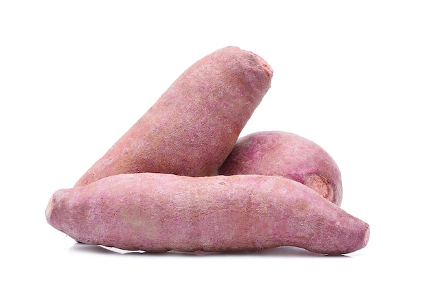 Patate dolci viola isolate su bianco