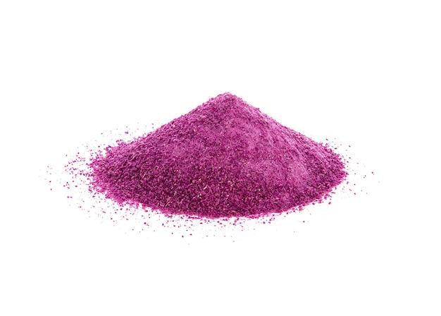 Polvere di patate dolci viola su sfondo bianco