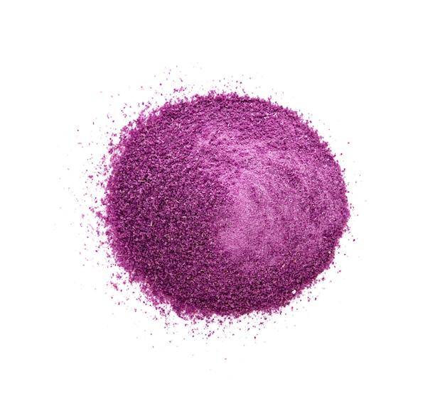 Polvere di patate dolci viola su bianco