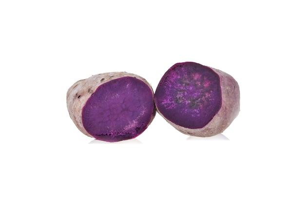 Patate dolci viola su sfondo bianco