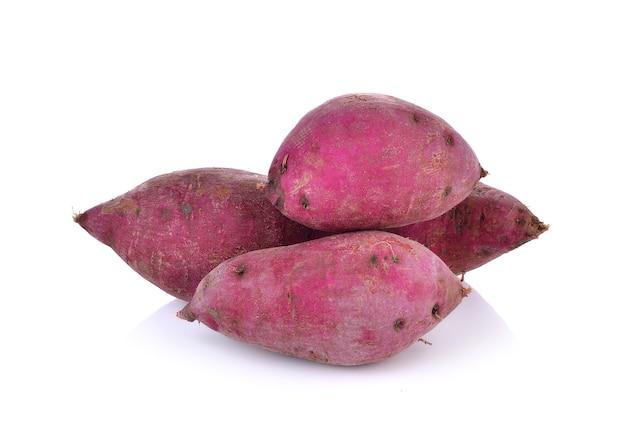 Patate dolci viola su fondo bianco