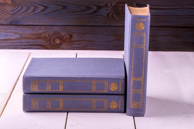 Viola tre vecchi libri isolati