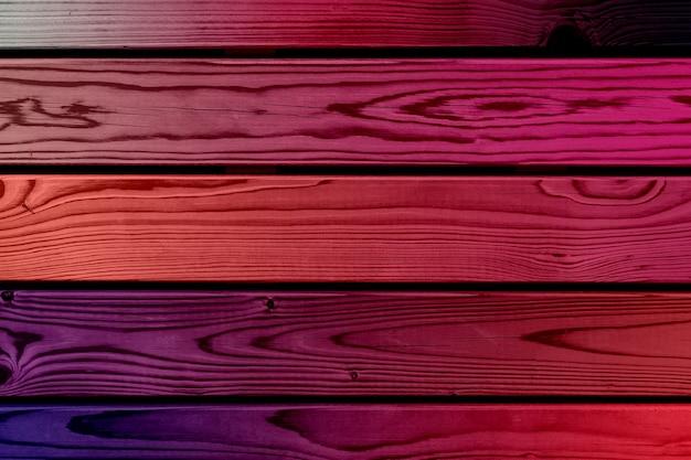 Parete in legno viola con doghe orizzontali. foto di alta qualità