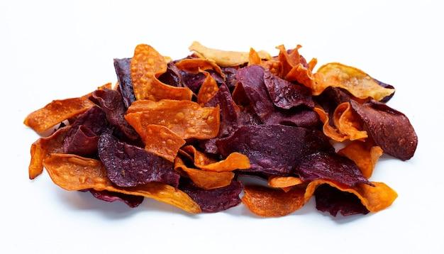 Patatine fritte viola e gialle su fondo bianco.