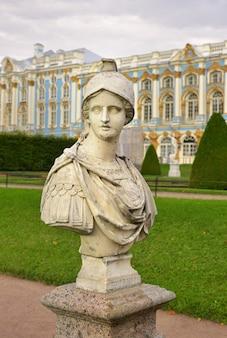Pushkin san pietroburgo russia09032020 busto della guerra allegoria