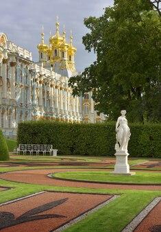 Pushkin san pietroburgo russia09032020 piazza del palazzo di caterina la scultura è un'allegoria
