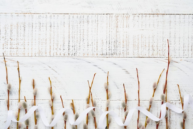 Rami di salici figa sulla vecchia tavola di legno bianca. lay piatto.