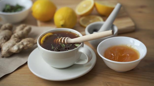 Metti un cucchiaino di miele in una tazza di tè caldo al limone