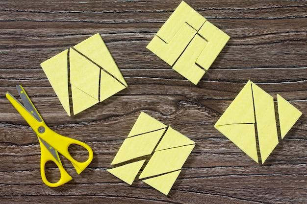 Gioco di puzzle raccogli il quadrato di tovaglioli di cellulosa.